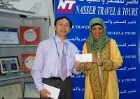 "Ms.Raihana Presenting ""Certificate of Appreciation"" to Mr.Angelo-Sale Executive,Cathay Pacific"